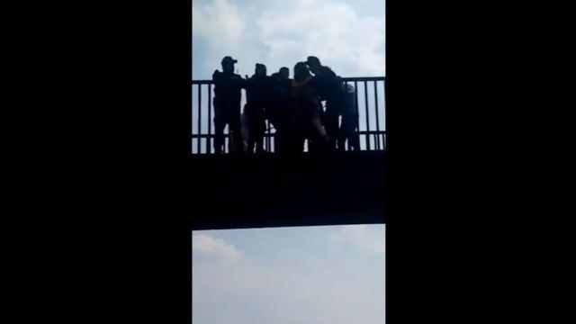 policias frustran intento suicidio puente peatonal cdmx
