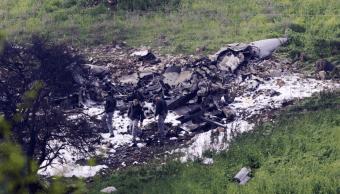 Israelíes inspeccionan los restos de un avión caza F16