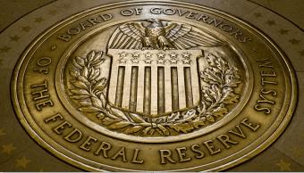 Fed prevé mantener alza de tasas de interés y crecimiento sostenido