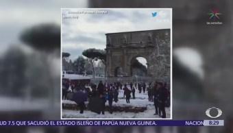 Luchan con bolas de nieve en el Coliseo de Roma