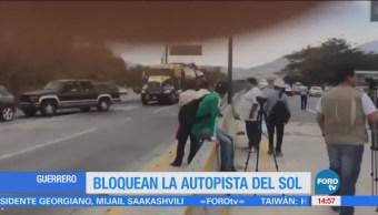 Manifestantes Bloquean Autopista Sol