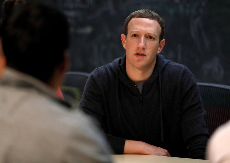 Desplome de acciones en Nueva York golpea a Zuckerberg y Bezos