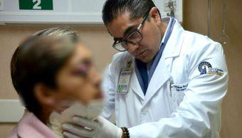 Médicos del IMSS retiran tiroides con cirugía de mínima invasión