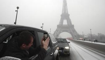 Intensas nevadas causan retrasos y cancelaciones de vuelos en aeropuertos parisinos