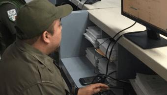 Rescatan a 50 indocumentados hacinados en un camión de carga, en Veracruz
