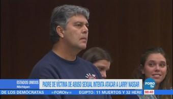 Padre de víctima de Larry Nassar intenta atacarlo en la Corte