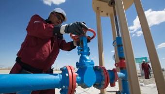 Petróleo cae por alza en producción de Estados Unidos