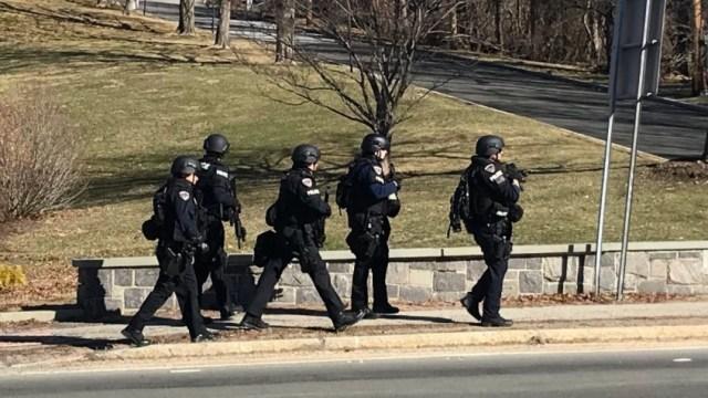 Cierran nueve escuelas de dos distritos en Nueva York por hombre armado