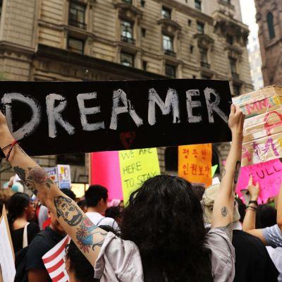 Prohíben a Donald Trump revocar el programa DACA