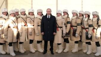 Mujeres con uniformes del Ejército Rojo rodean a Vladimir Putin