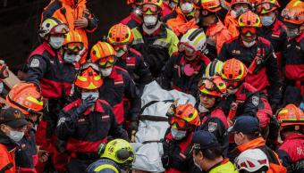Rescatan a una persona entre los escombros en Taiwán