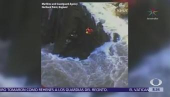 Rescatan en Inglaterra a dos hombres atrapados en fuerte oleaje