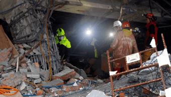 Rescatistas buscan entre los escombros tras sismo en Taiwán