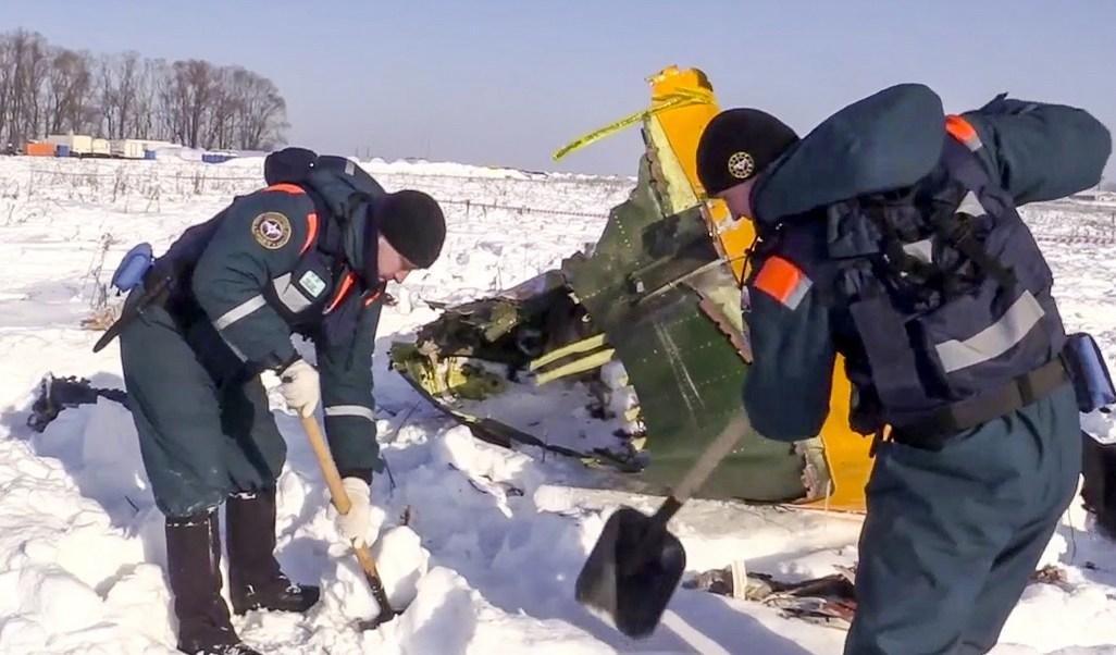 Nevadas dificultan el rescate de cuerpos tras avionazo en Moscú