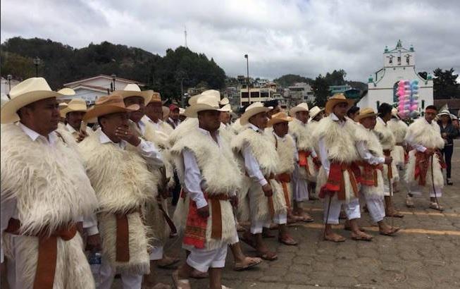 Tzotziles realizan el ritual del Fuego Nuevo dentro carnaval