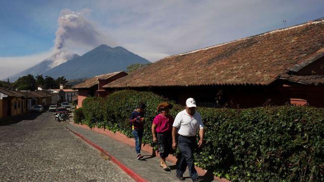 Desalojan a 280 personas por la erupción del volcán de Fuego
