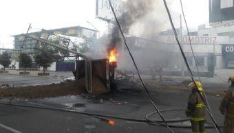 Vuelca camión de carga y se incendia en Monterrey