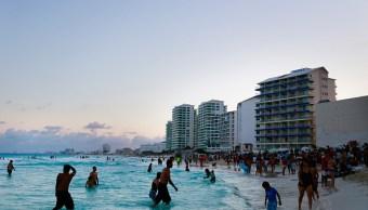 Turistas disfrutan fin de semana largo en playas de Quintana Roo