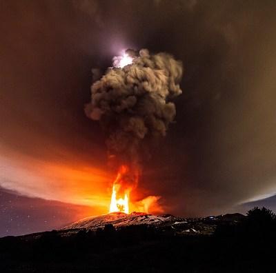 Volcán Etna, el más activo de Europa se desliza al mar Mediterráneo