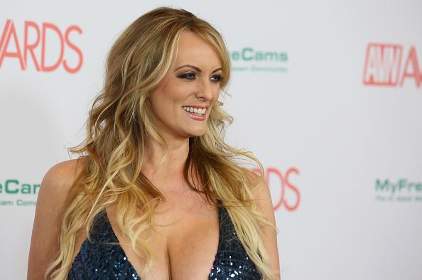 Actriz porno ofrece devolver dinero para revelar amorío con Trump