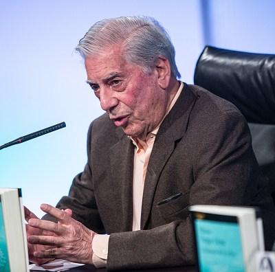México puede retroceder a una democracia populista: Vargas Llosa
