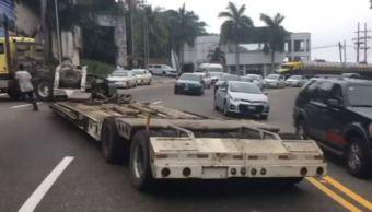 Desprendimiento de plataforma de tráiler provoca caos vial en Acapulco