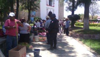 Artesanos de Oaxaca tejen palmas para el Domingo de Ramos