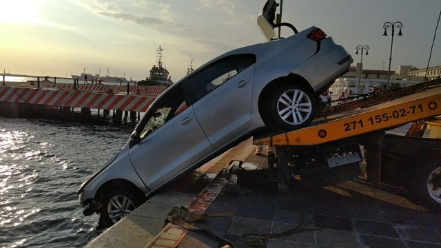 Auto cae al mar en Veracruz