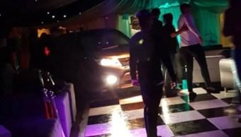13 heridos deja automovilista al estrellarse en un club nocturno en Inglaterra