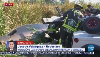 Automóvil cae a canal de Anillo Periférico y Cuemanco