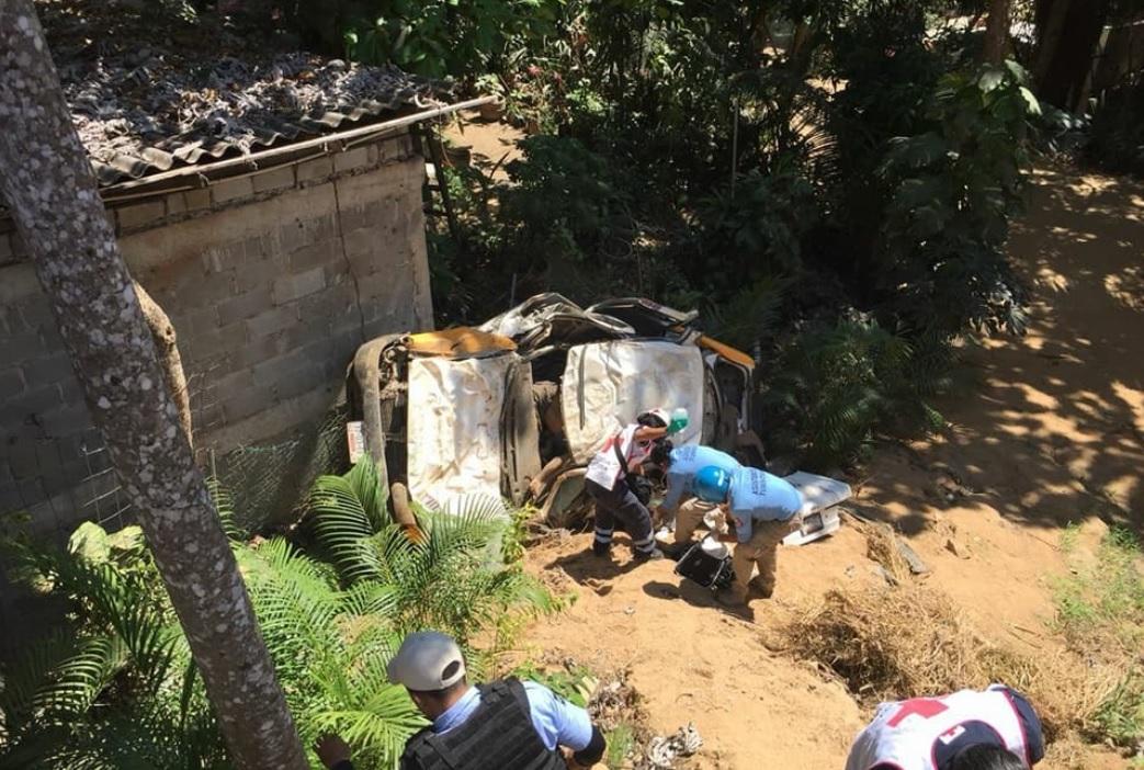 Acapulco: Taxi cae en barranco tras persecución; mueren 5