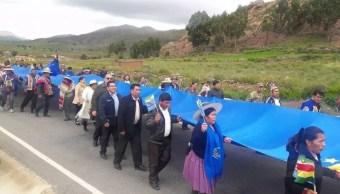 Bolivia despliega bandera récord en apoyo de demanda de mar a Chile