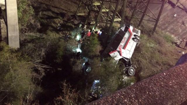 Cae autobús escolar en barranco en Alabama: un muerto y múltiples heridos