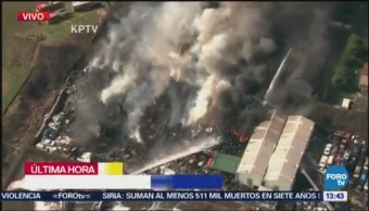 Bomberos Combaten Incendio Lote Autos Portland, Orgeon