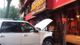 Camioneta se impacta contra restaurante