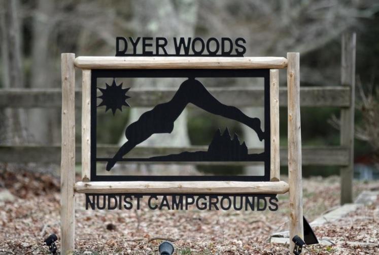 Campamento nudista Foster busca contratar salvavidas