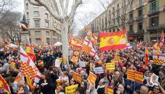 Miles de contrarios a la secesión de Cataluña se manifiestan en Barcelona