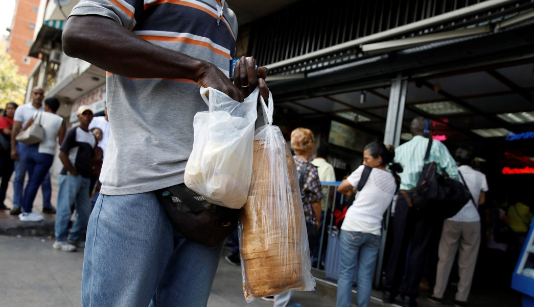 Dos mil venezolanos huyen cada día del régimen chavista hacia Perú