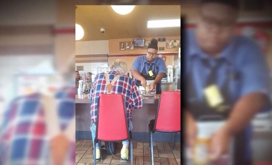 Foto de mesera ayudando a anciano se hace viral