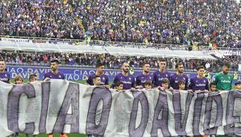 En el primer partido de la Fiorentina, familiares, amigos y aficionados despidieron al futbolista Davide Astori. (AP)