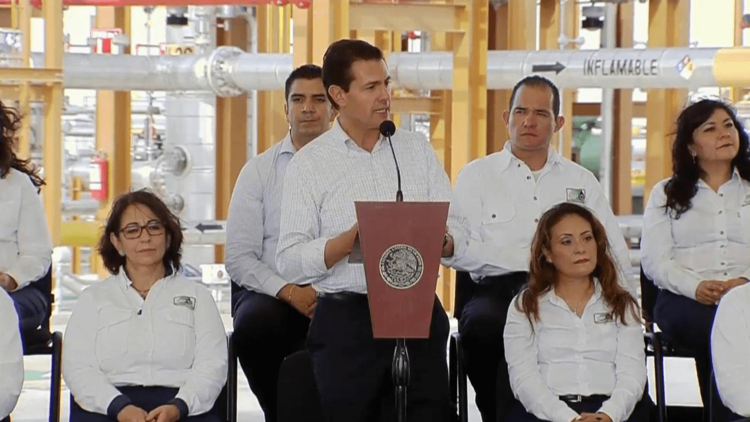 Asegura Peña Nieto que tirar reforma energética condenaría al país