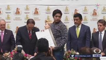 Entregan medalla de honor a hijo de periodista asesinado Javier Valdez
