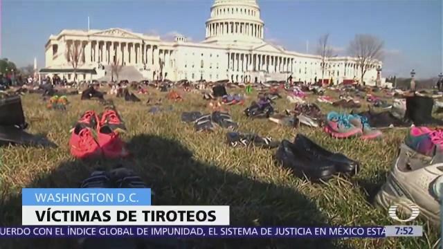 Exigen mayor control de armas con protesta de zapatos frente al Capitolio