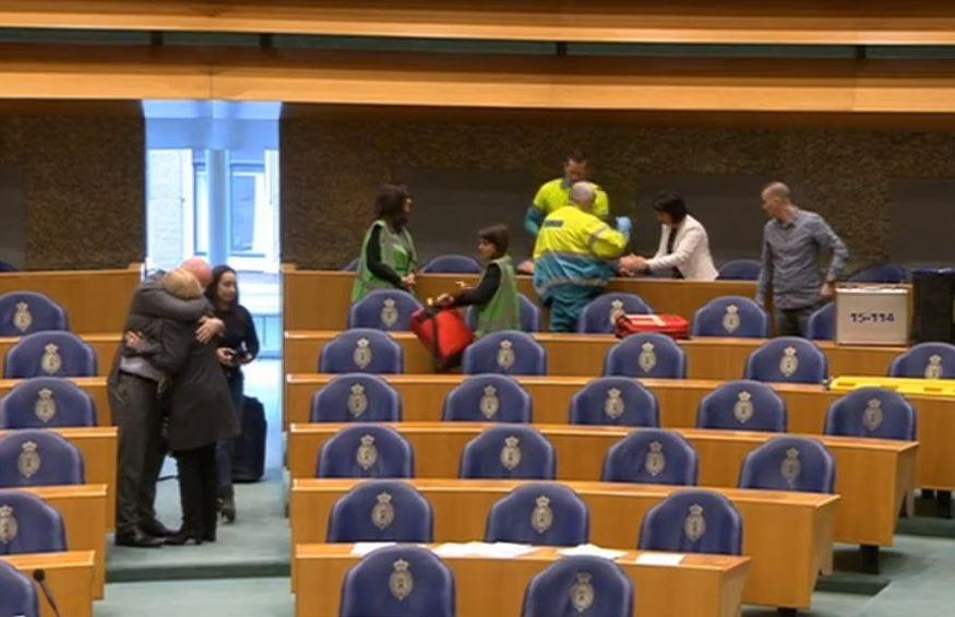Hombre intenta suicidarse en el Parlamento de Holanda en pleno debate
