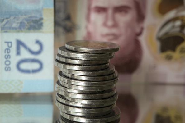Dólar baja a 18.68 dólares, ante menos riesgo de una guerra comercial