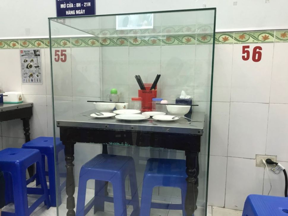 Mesa en la que cenó Obama en un bar en Vietnam, objeto de culto