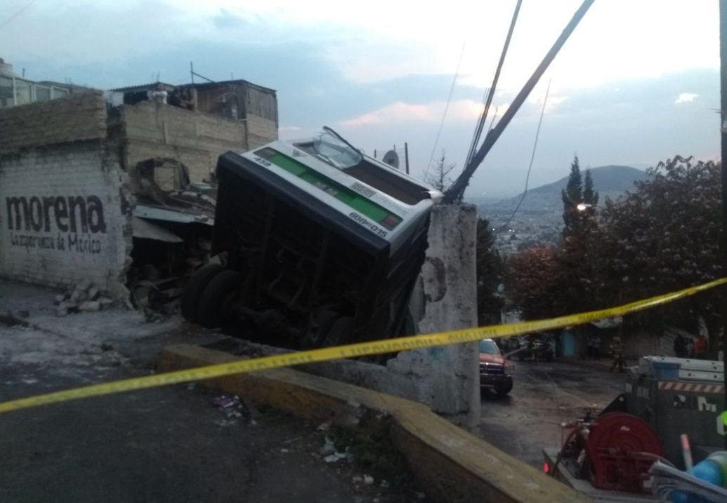 Falla mecánica provoca caída de microbús a desnivel, en la CDMX