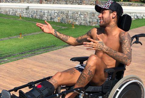 Critican Neymar posar silla ruedas homenaje Hawking
