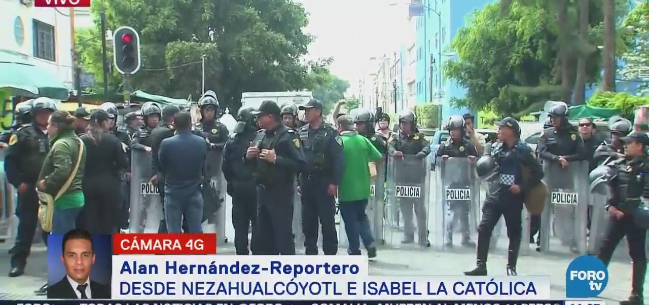 Manifestantes bloquean la calle Nezahualcóyotl, en el centro de la CDMX