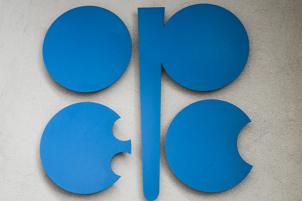 La OPEP estima más suministro de petróleo por rivales